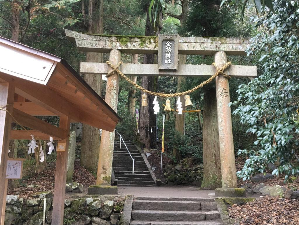 金持神社の鳥居と手水舎